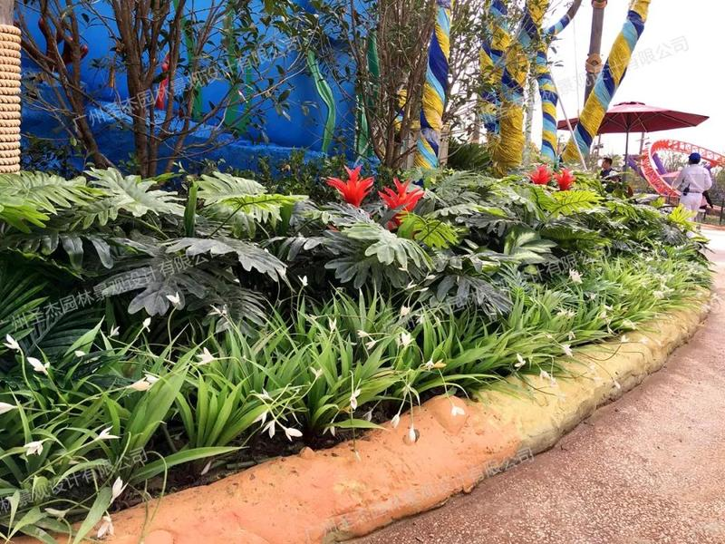 路边各式各样的仿真植物