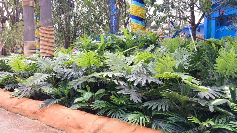 路边的仿真植物